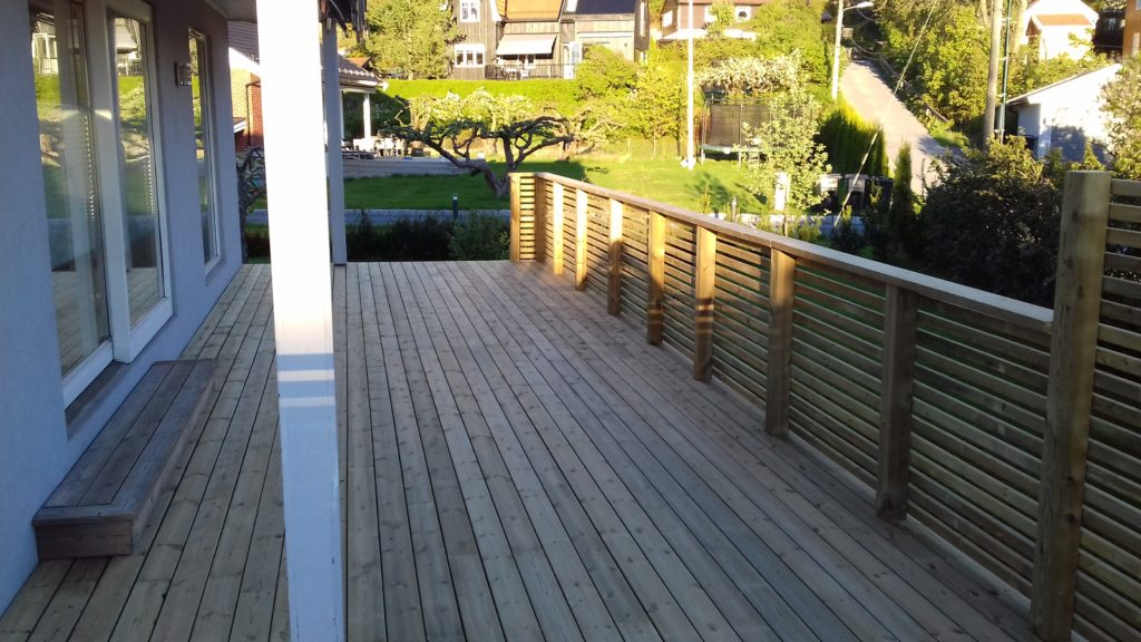 65 kvm terrasse i furutre terrassebord, levegg og trappetrinn.