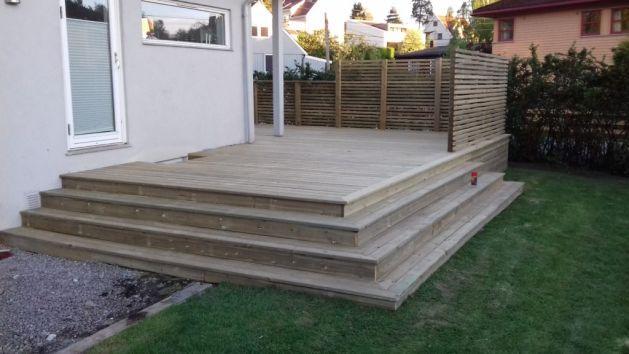 terrasse i furutre terrassebord, levegg og trappetrinn.
