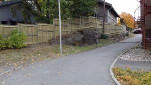 Gjerdet i barnehagen. 50 m gjerde i furutre med betong fundamenter