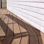 Gulv og vegg på veranda i ulike typer treverk