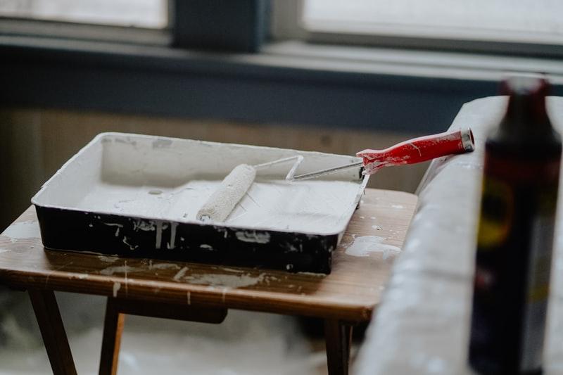 Maling av rekkverk i tre, malekost med hvit maling