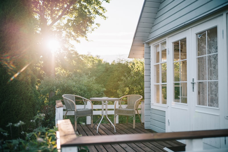 Rekkverk på en terrasse i treverk utenfor bolig