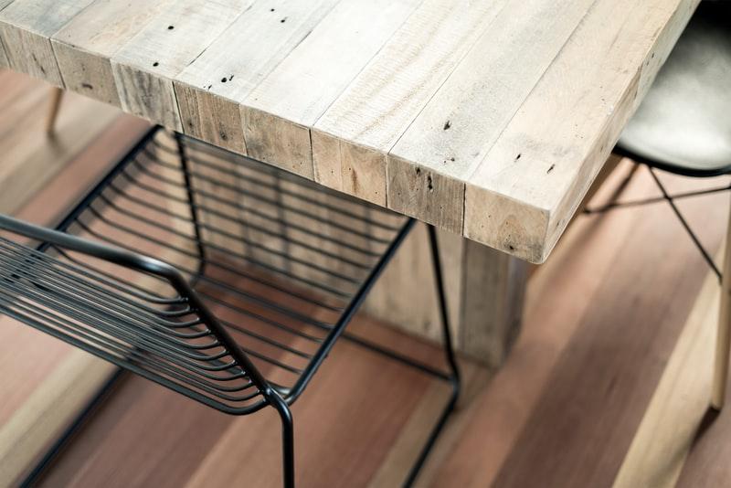 Utemeøbler på platting av treverk og slipt trebord
