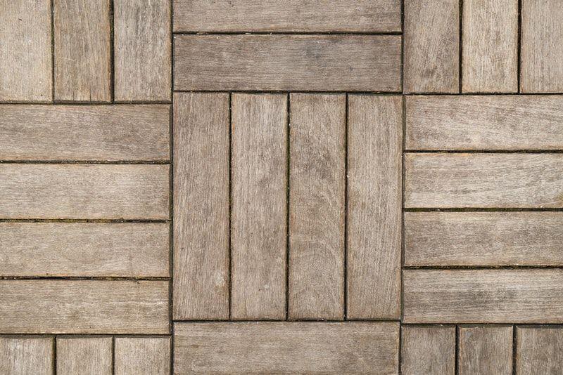 Verandagulv i oljet treverk i forskjellige mønster og striper